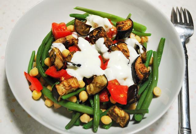 Salade d'aubergines rôties aux haricots verts et pois chiches