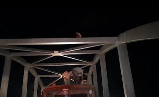 गौरक्षणी ओवर ब्रिज के स्ट्रक्चर पर चढ़ा युवक, मौके पर फायर ब्रिगेड की टीम पहुंची