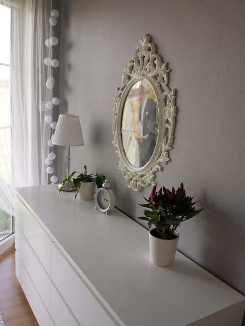 Metamorfoza sypialni, białe pikowane łóżko,  szare ściany w sypialni, biała komoda, szara sypialnia,  żyrandol z koralikami, elegancka sypialnia