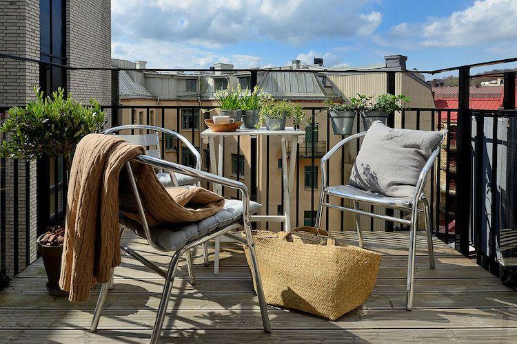 Balcón con tiestos de distintos tipos y plantas comestibles