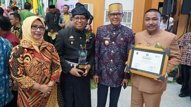 Berpakaian Adat Kajang, Wabup Tomy Terima Penghargaan Swasti Saba Wistara