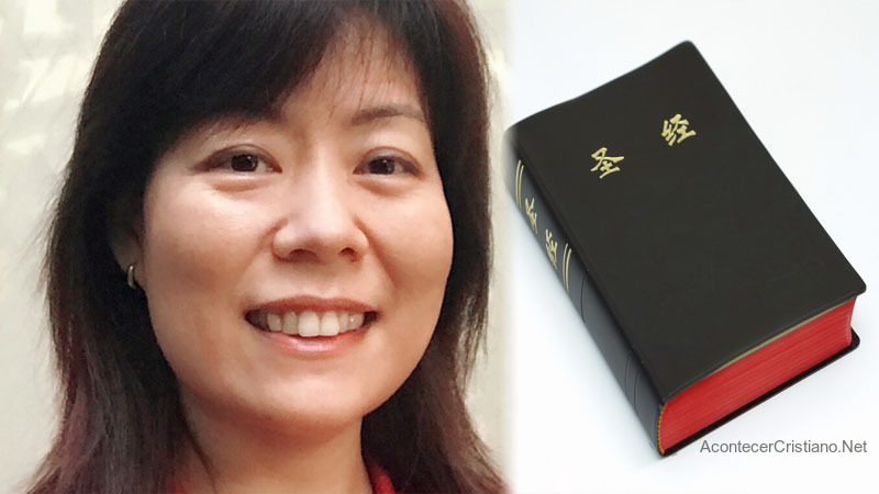 Mujer china lee la Biblia