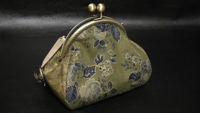 """Оливковый, черный розы, золотые контуры: женская сумочка на цепочке """"Золотые розы""""."""