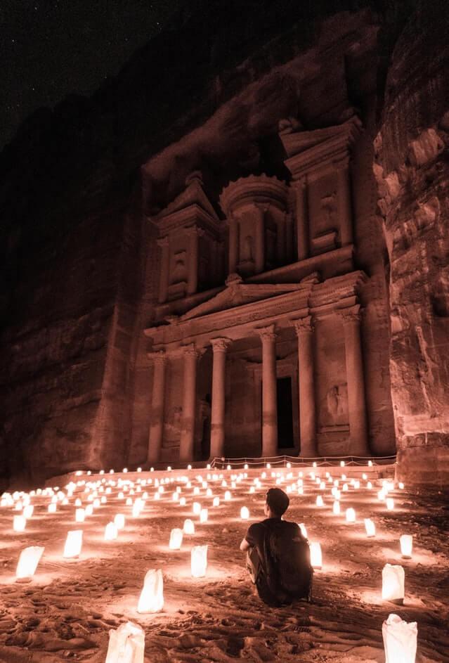 Các nhân vật thần thoại và vị thần Nabataean đã được điêu khắc trên bề mặt của tòa Treasury vào thế kỷ 1 sau Công nguyên. Kích cỡ mặt tiền đồ sộ, rộng 30 m và cao 43 m. Cánh cổng khổng lồ này sẽ dẫn du khách vào ngôi mộ và nơi thờ cúng vua Nabataean Aretas III.