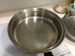 準備一個平底鍋或是不粘鍋