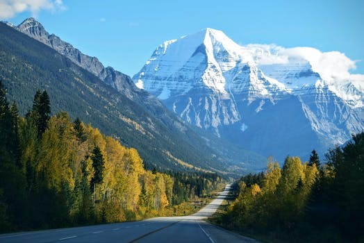 雪山へ向かって真っ直ぐに伸びるシルクロード