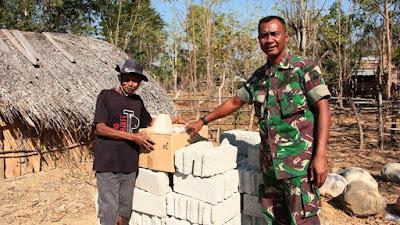 Satgas Yonif Raider 408/Sbh Bagikan Material Untuk Membuat Jamban Secara Gratis Kepada Masyarakat Perbatasan