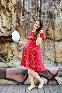 Беременная у водопада с сахарной ватой