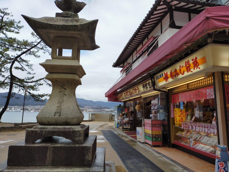 宮島の灯台と昔ながらのお土産屋さん