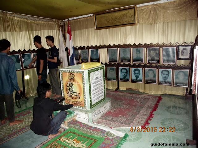 Isi dalam ruangan pemakaman para Raja di makam juang mandor