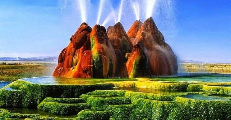 Fly gayzeri, Nevada Çölü'nün tam ortasında yer alan doğa harikası bir yerdir.