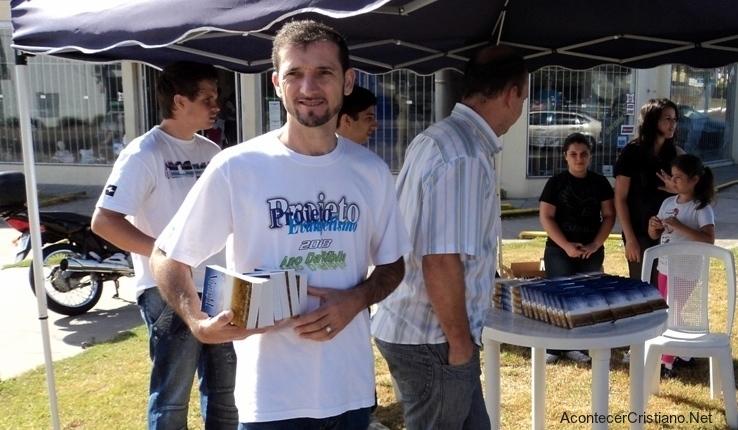 Distribuyendo Biblias en la calle
