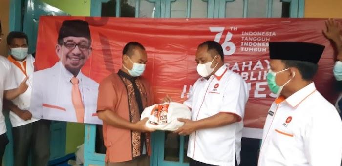 M. Akyas Dampingi Ketua DPD PKS Lamsel Bagikan Sembako Untuk Warga