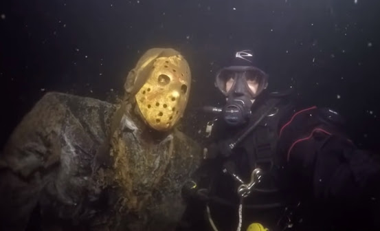 Pontos Turísticos de Terror - Jason statue in lake on minnessota