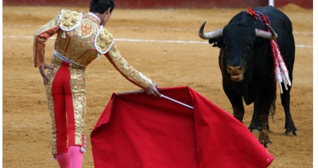 Ταυρομάχος σκουπίζει τα ματωμένα δάκρυα του ταύρου πριν τον σκοτώσει (βίντεο)