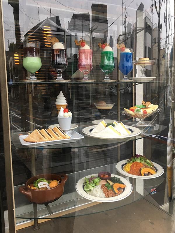 味噌屋さん発のレトロな喫茶店『喫茶ゾウメシ』の食品サンプルケース