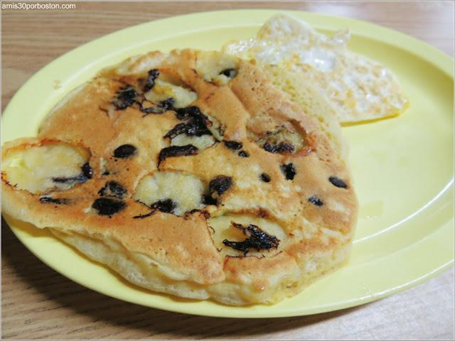 Tortita de Plátano y Pepitas de Chocolate con Huevo Frito