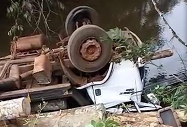 Caminhão madeireiro cai em rio após ponte quebrar na zona rural