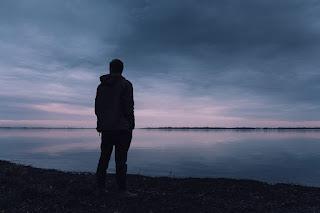 El muchacho solitario vive en una isla