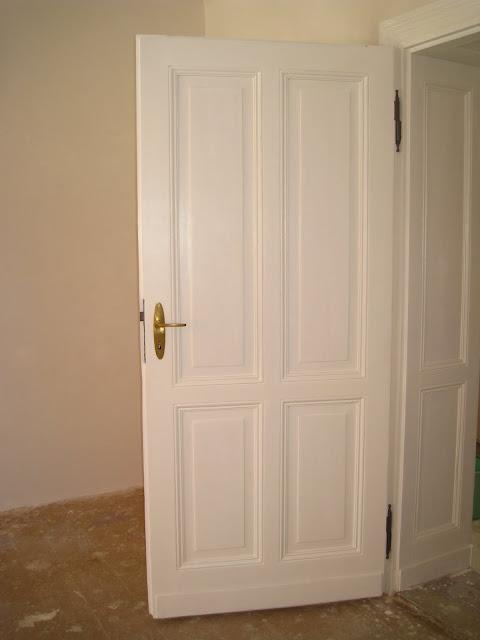 drewniane drzwi i framugi w poniemieckiej kamienicy