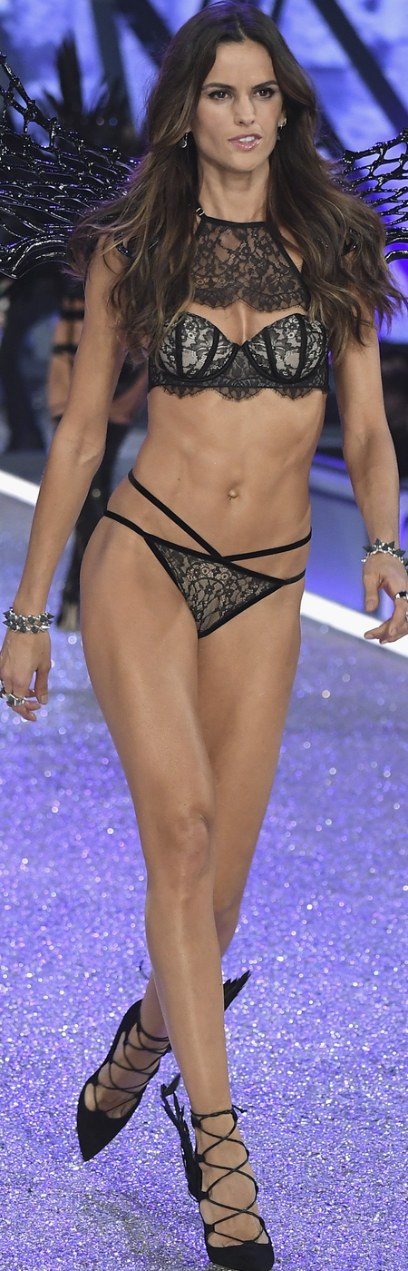 Izabel Goulart 2016 Victoria's Secret Fashion Show
