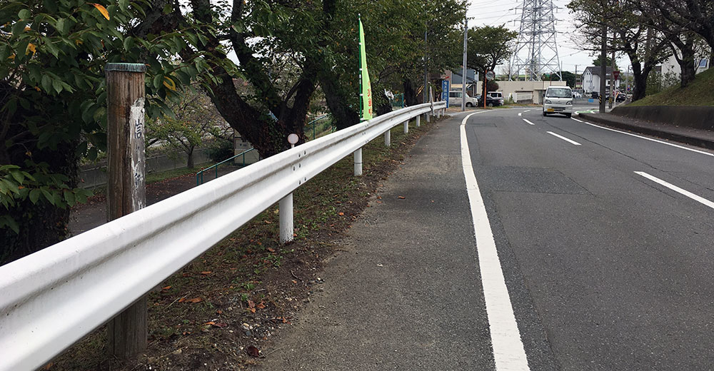 愛称標識「信玄街道」から東の坂下方面を望む、先には染地川が流れ欠下橋が架かっている(2017年10月9日撮影)