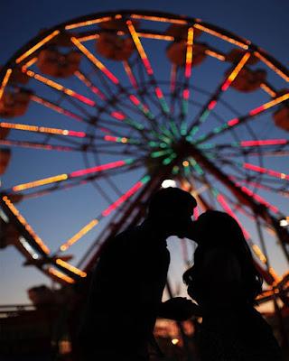 foto tumblr en pareja besándose en parque de diversiones
