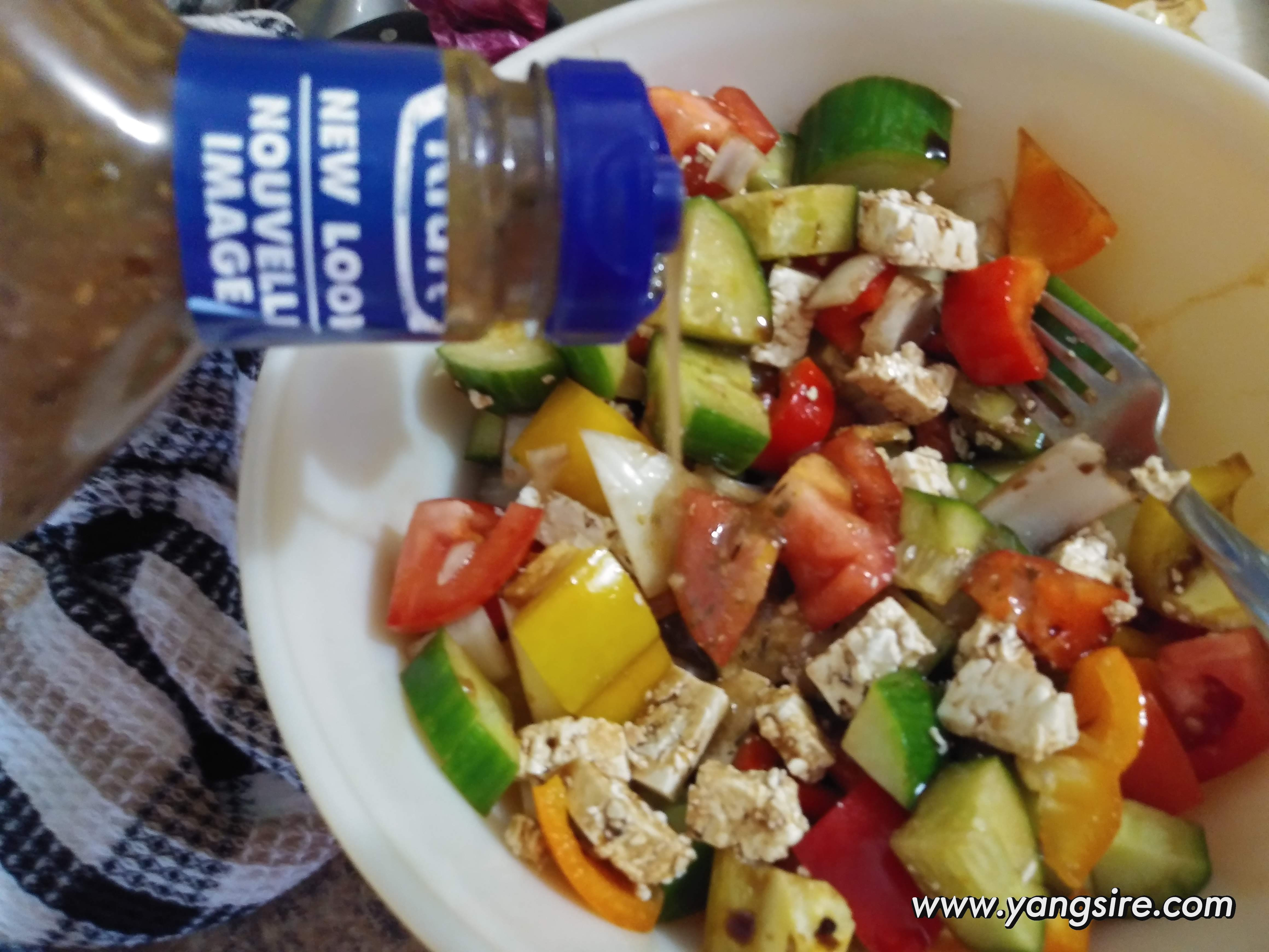 Putting Kraft Greek Feta Dressing Salad, just a little touched to adjust the taste.