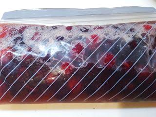 今年は山桃がたっぷり♪ ジップロックで山桃シロップを作りました。