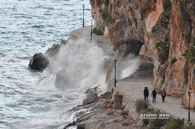 Κύματα, βροχή και ουράνιο τόξο στο Ναύπλιο