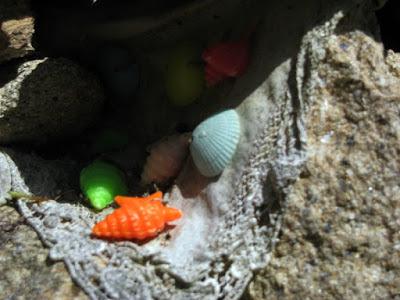 brinquedos de plástico em pedras
