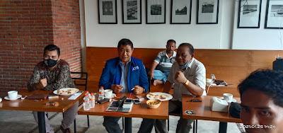 DIALOG: Junaidi Kasum (JK) berdialog ringan usai press confrence bersama Pimpinan Umum Post Kota NTB, Aminuddin, Sekretaris AMSI NTB, Lalu Habib Padil, S. Pd serta para awak media.