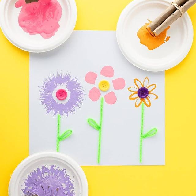 Carimbo de flor feito com rolo de papel higienico