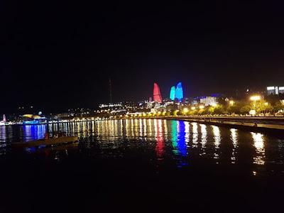 Flame Towers por la noche