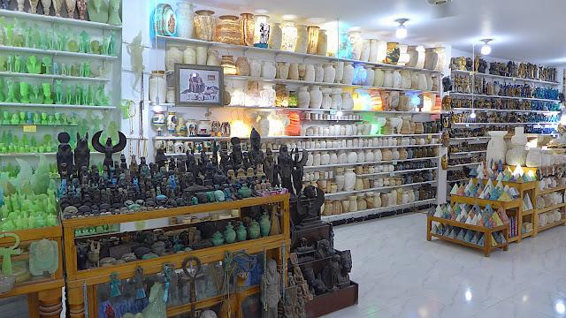 Blick in den Verkaufsraum der Alabastermanufaktur, Statuen in verschiedenen Farben und Lampen