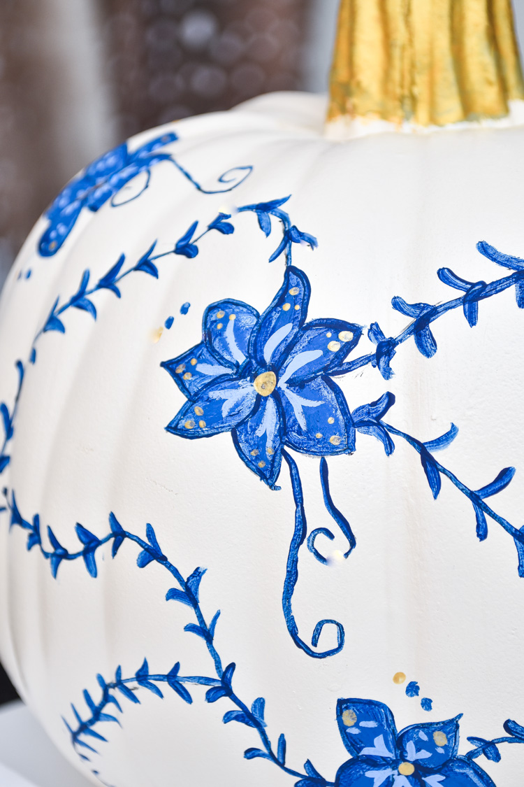 Blue & white hand painted chinoiserie pumpkin tutorial- an easy and affordable DIY pumpkin decor idea for fall. Love the gold accents! | #chinoiserie #gingerjar #blueandwhite #blueandwhiteforever #chinoiseriechic #paint #craftDIY #fallcrafts