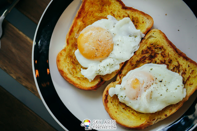 Perfectly done sunny side up on margarine toast