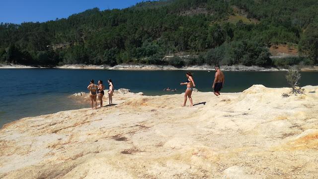 Pessoas a Tomar Banho Na praia fluvial