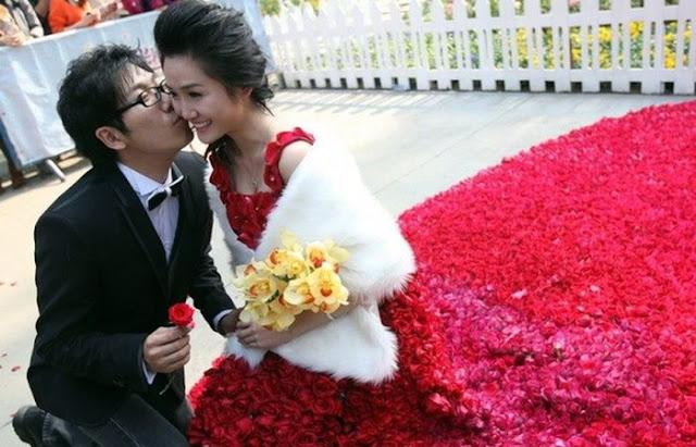 قدم لزوجته فستان   مصنوع من 9999 زهرة في عيد الحب ROSES-DRESS-04.jpg