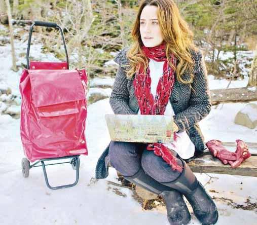 Ana na neve com cachecol e mala vermelha