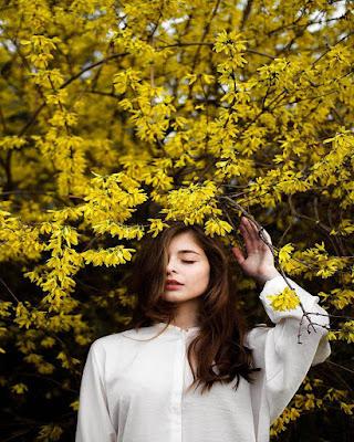 pose tumblr con flores amarillas