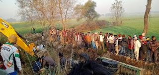 अनियंत्रित  ट्रैक्टर नाली में पलटा, दो की मौत  | #NayaSaberaNetwork
