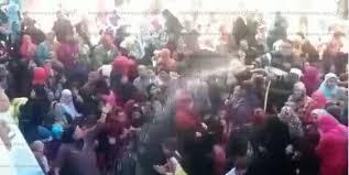 رش مواطنين بالمياه أثناء توزيع كراتين رمضان في الدقهلية