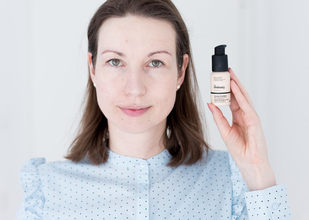 The Ordinary Coverage Foundation in 1.1 N nur links im Gesicht aufgetragen