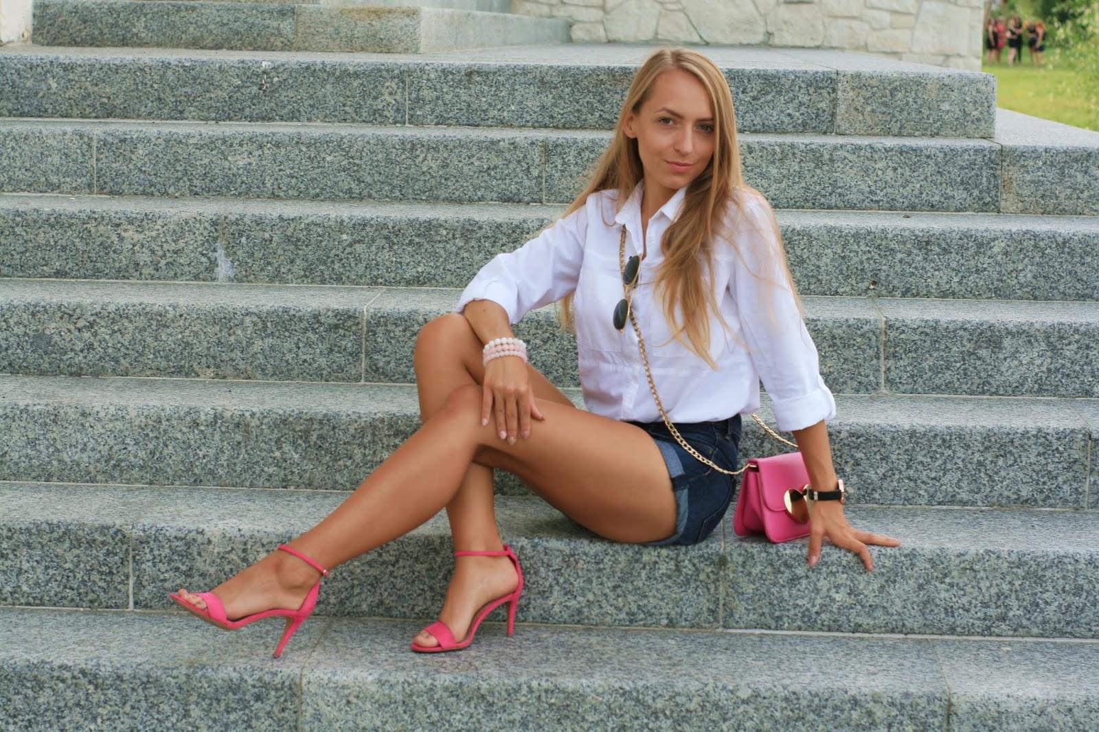 Simple white shirt and pink accessories | Prosta biała koszula i różowe dodatki