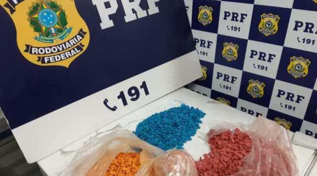 PRF descobre mochila 'recheada' com 4.000 mil comprimidos de ecstasy em Vitória da Conquista