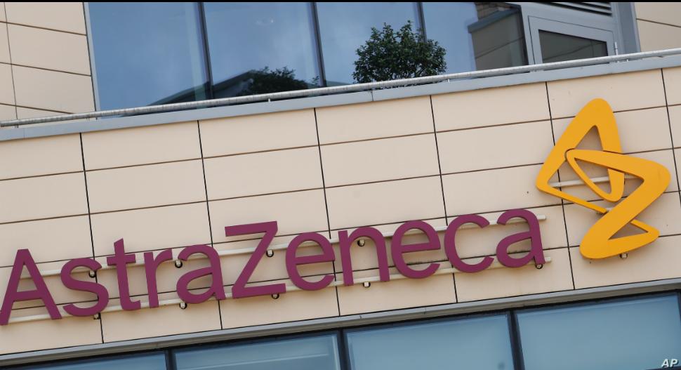 Esta fotografía de archivo del sábado 18 de julio de 2020 muestra una vista general de las oficinas de AstraZeneca y el logotipo corporativo en Cambridge, Inglaterra / AP