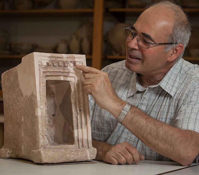 O professor Yosef Garfinkel explica o significado de um dos objetos exumados.