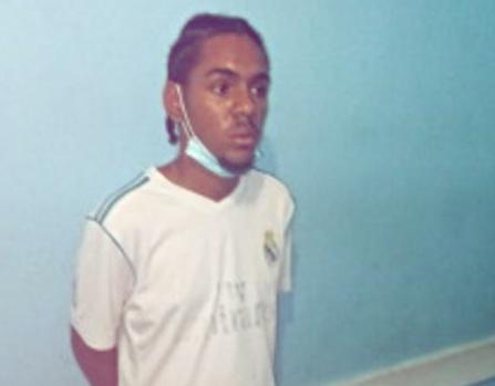 Apresan hombre en Los Alcarrizos con presunta drogas y atacan a pedradas a la patrulla policial