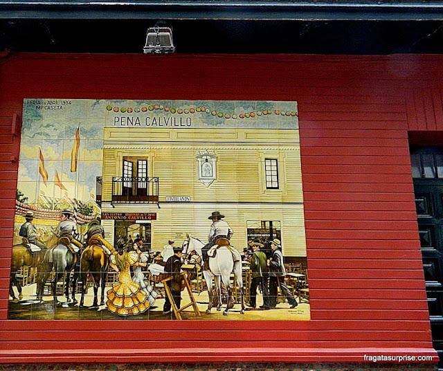Painel retrata uma cena típica andaluza em uma rua de Sevilha